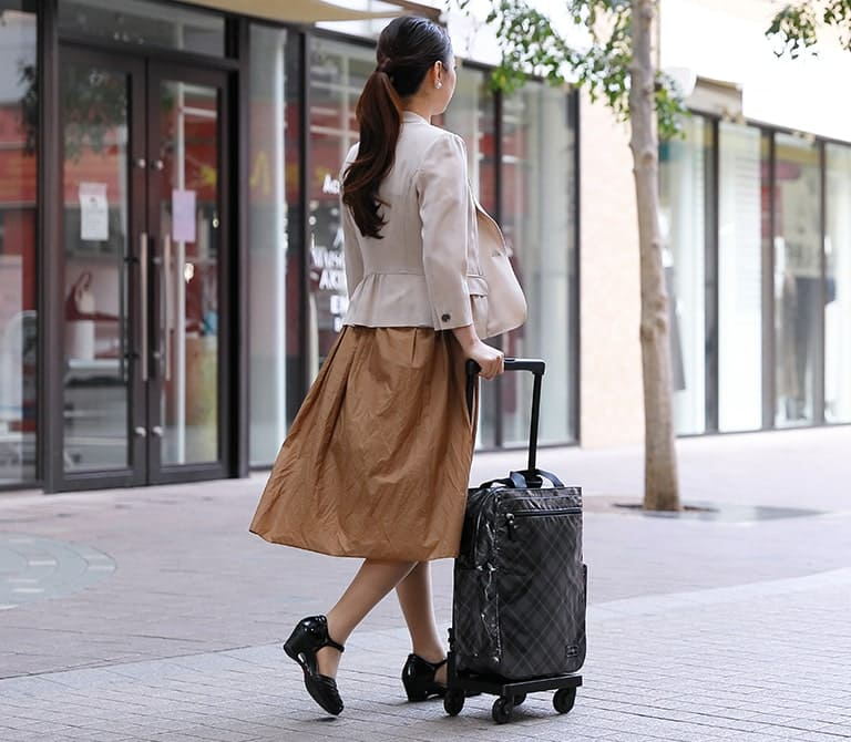 メインビジュアル スワニーキャリーバッグを持った女性